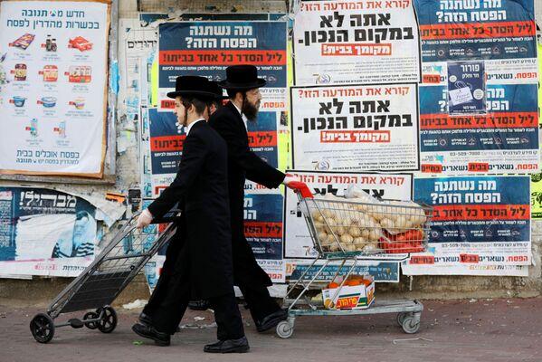 Ebrei ortodossi con i carrelli ad Ashdod, Israele, il 1 aprile 2020 - Sputnik Italia