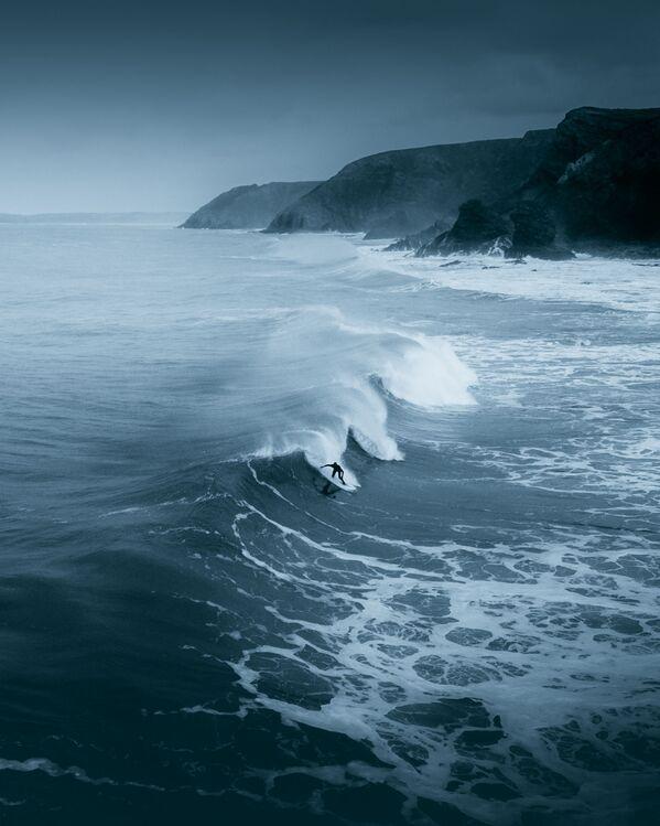 Lo scatto A lone surfer braving the winter cold on the Cornish North Coast   (Un surfer solitario contro il freddo invernale) di un fotografo britannico al concorso The World's Best Photos of #Water2020. - Sputnik Italia