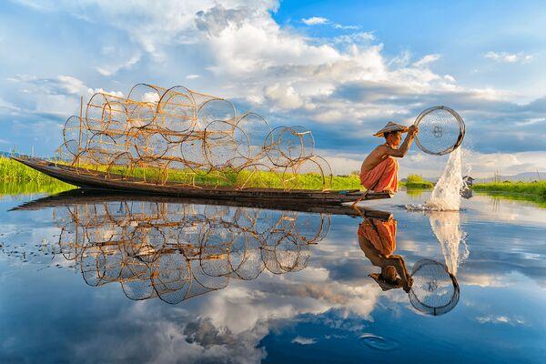 Lo scatto Fishing (Pesca) di un fotografo vietnamita al concorso The World's Best Photos of #Water2020. - Sputnik Italia