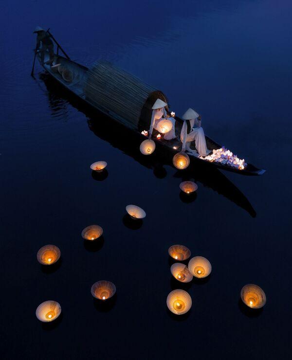 Lo scatto Underwater prayers (Preghiere subacquee) di un fotografo vietnamita al concorso The World's Best Photos of #Water2020. - Sputnik Italia
