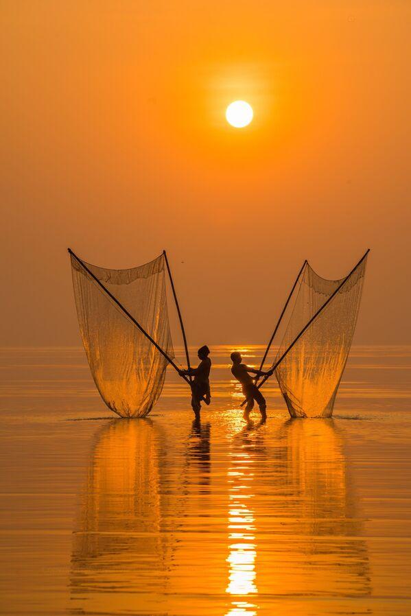 Lo scatto Fisherman under the dawn (Pescatore all'alba) di un fotografo vietnamita al concorso The World's Best Photos of #Water2020. - Sputnik Italia