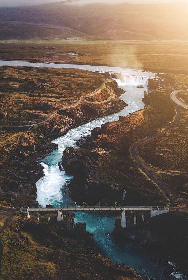 Lo scatto A sunset flight over the waterfall of the gods (Volo al tramonto sulla cascata di Dei) di un fotografo britannico al concorso The World's Best Photos of #Water2020. - Sputnik Italia