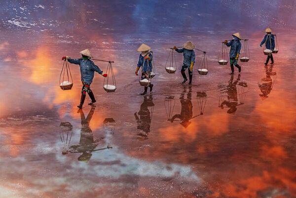Lo scatto A Sunset on the salt field of Ninh Diem Khanh Hoa Vietnam di un fotografo vietnamita al concorso The World's Best Photos of #Water2020. - Sputnik Italia
