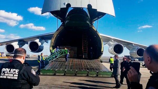 Российский самолет Ан-124 с медицинским оборудованием для США в аэропорту Нью-Йорка, США  - Sputnik Italia