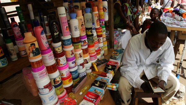 Un venditore di prodotti coreani per depigmentare la pelle ad un mercato in Niger - Sputnik Italia