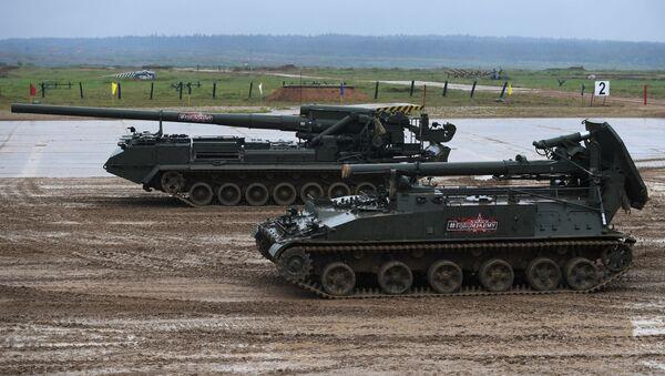 Самоходный миномёт артиллерии 2С4 Тюльпан (на первом плане) и самоходная артиллерийская установка САО 2С7М Малка во время демонстрации ходовых и огневых возможностей на полигоне Алабино  - Sputnik Italia