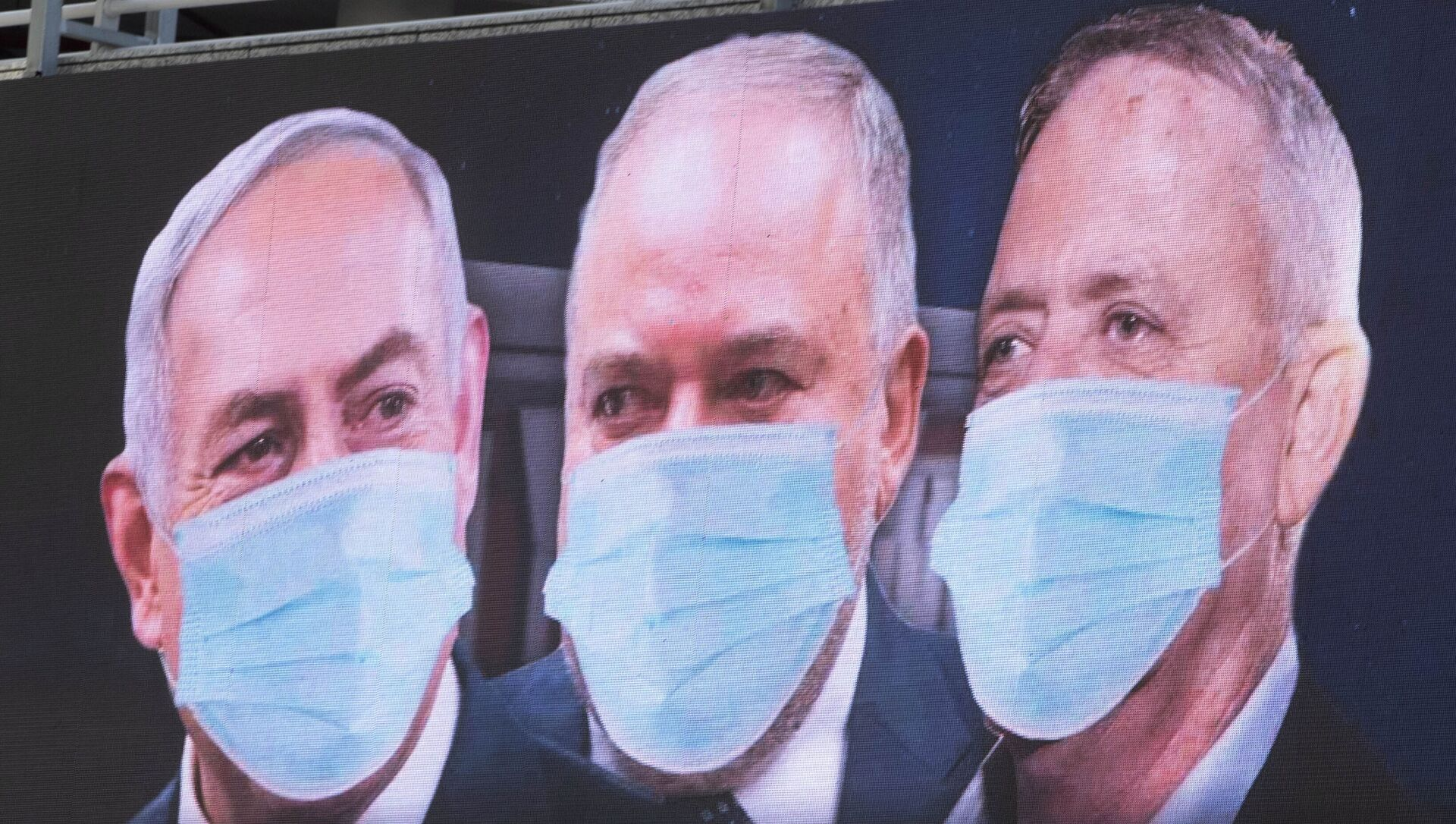 Israeli Prime Minister Benjamin Netanyahu, left, Israeli Former Defense Minister and leader of the Yisrael Beiteinu (Israel Our Home) right-wing party Avigdor Lieberman, center, and Blue and White party leader Benny Gantz, are shown on a billboard wearing masks in the Israeli city of Ramat Gan, near Tel Aviv, Sunday, March 29, 2020. - Sputnik Italia, 1920, 04.04.2021