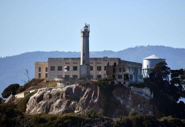 La prigione abbandonata e il più antico faro operativo sull'isola di Alcatraz nella baia di San Francisco, USA - Sputnik Italia