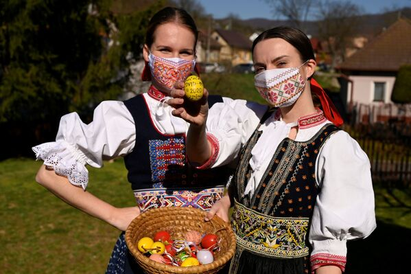 Ragazze slovacche con le uova colorate per Pasqua nel villaggio di Soblahov, Slovacchia - Sputnik Italia