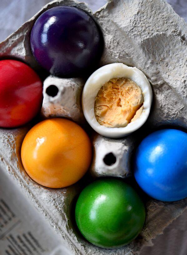 Uova colorate di Pasqua in una scatola - Sputnik Italia