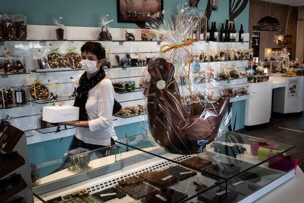 Una donna in un negozio alla vigilia di Pasqua in Francia - Sputnik Italia