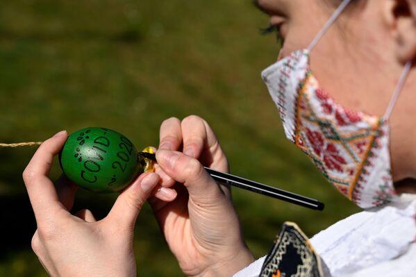Una ragazza slovacca dipinge un uovo per Pasqua - Sputnik Italia