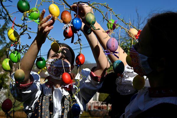 Ragazze slovacche decorano un albero con le uova di Pasqua - Sputnik Italia