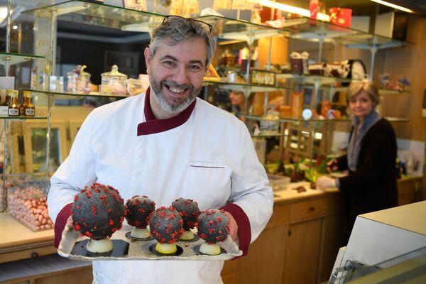 Un pasticciere francese mostra uova di cioccolato a forma di coronavirus - Sputnik Italia