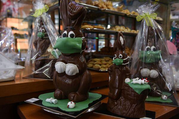 Vendita di coniglietti pasquali di cioccolato in una pasticceria greca - Sputnik Italia