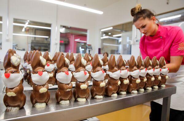 Preparazione di coniglietti pasquali di cioccolato in una pasticceria svizzera - Sputnik Italia