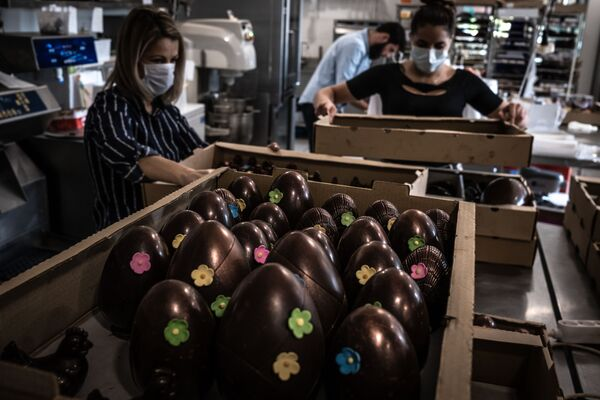 I dipendenti di una pasticceria francese preparano le uova di cioccolato per Pasqua, Francia - Sputnik Italia