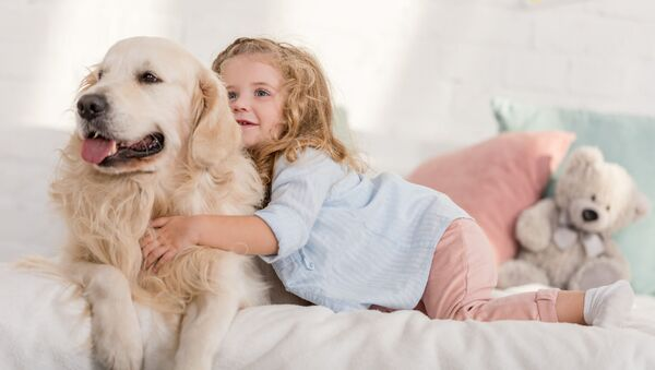 Una bambina con un cane - Sputnik Italia
