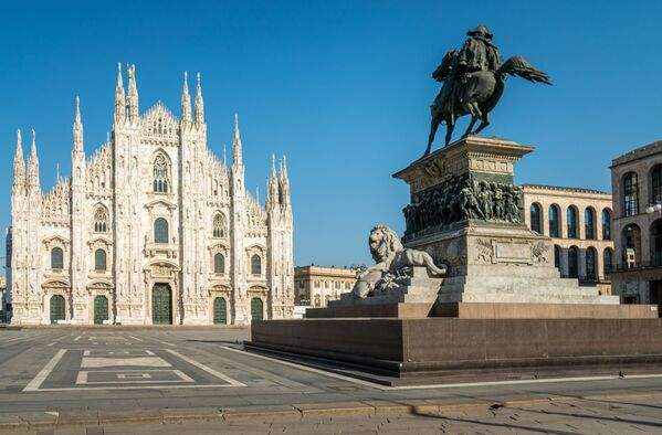 Piazza Duomo deserta a Milano durante emergenza coronavirus e lockdown - Sputnik Italia