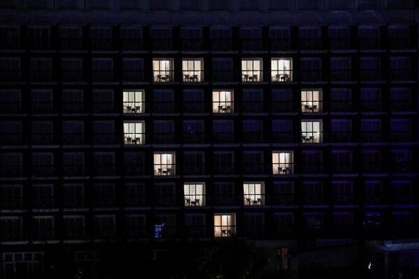 Le camere di 101 Hotel illuminate per formare un cuore come ringraziamento e sostegno alle persone, in particolare gli operatori sanitari del paese che affrontano la malattia di coronavirus (COVID-19) a Bogor, Indonesia, il 6 aprile 2020  - Sputnik Italia