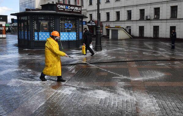 Un operatore dei servizi comunali disinfetta il marciapiede vicino alla stazione della metropolitana Komsomolskaya a Mosca, Russia - Sputnik Italia