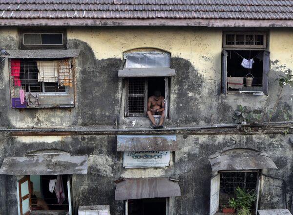 Un uomo in quarantena per impedire la diffusione del nuovo coronavirus nella zona di Lower Parel a Mumbai, India, il 5 aprile 2020 - Sputnik Italia