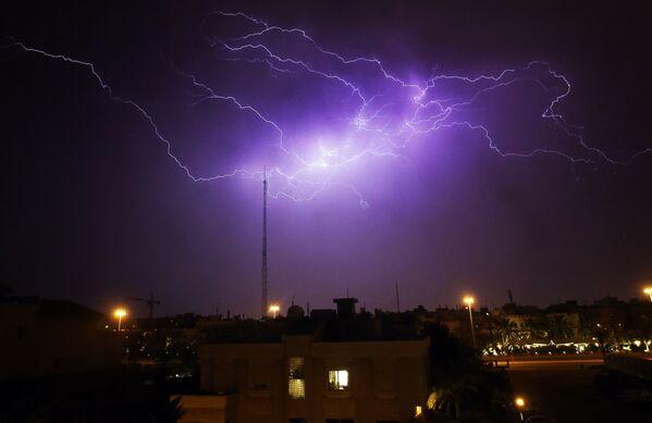 Un lampo nel cielo sopra il distretto di Rumaithiya a Kuwait City durante una tempesta, il 7 aprile 2020 - Sputnik Italia