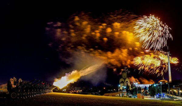 Fuochi d'artificio sulla collina Poklonnaya a Mosca per celebrare il 75 ° anniversario della liberazione di Bratislava dai nazisti - Sputnik Italia