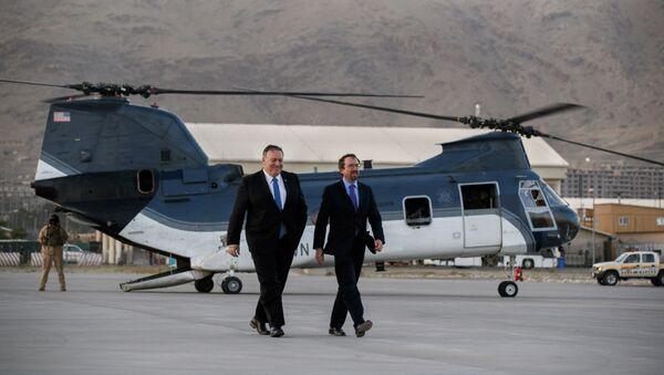 Il segretario di stato USA Mike Pompeo, in una base USA in Afghanistan insieme all'ex ambasciatore statunitense in Afghanistan, John Bass - Sputnik Italia