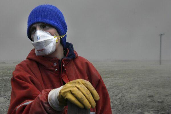 Un pastore islandese in mascherina cerca la mandria persa tra la coltre di cenere vulcanica. - Sputnik Italia