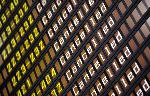 Il tableau dell'aeroporto di Helsinki, Finlandia, che comunica la cancellazione di tutti i voli.  - Sputnik Italia