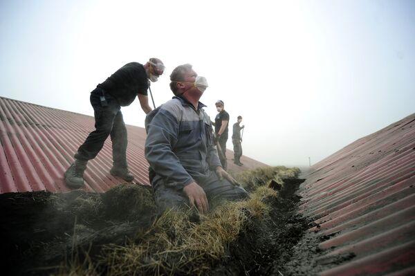 Fattori islandesi rimuovono la cenere da un tetto. - Sputnik Italia
