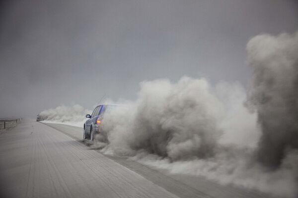 Un'auto attraversa ila cenere vulcanica  prodotta dal vulcano Eyjafjöll. - Sputnik Italia