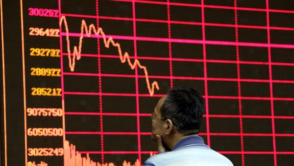 An investor looks at an electronic board showing stock information of Shanghai Stock Exchange Composite Index at a brokerage house in Beijing, August 26, 2015 - Sputnik Italia