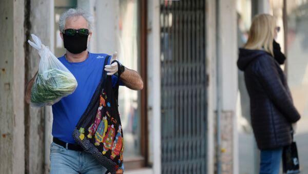 Un uomo in mascherina a Venezia - Sputnik Italia