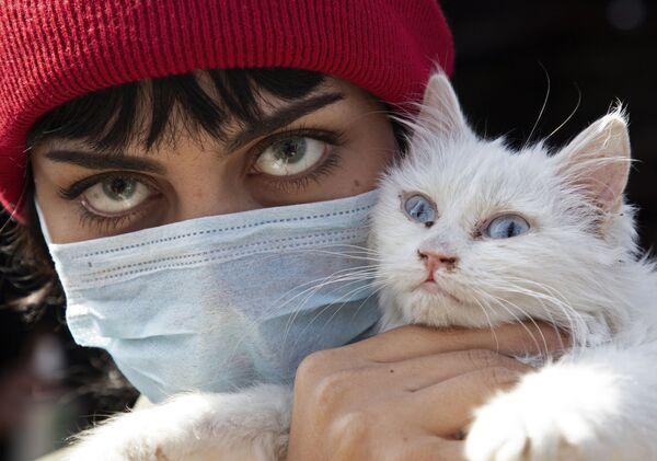 Una donna irachena con un gatto - Sputnik Italia