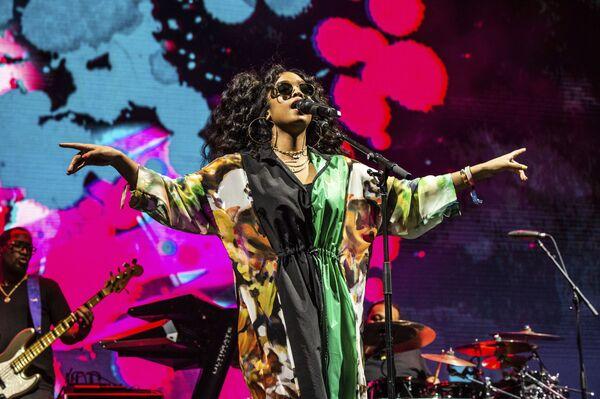 L'esibizione della cantante H.E.R durante il festival Coachella Music & Arts negli Usa. - Sputnik Italia