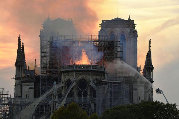 Vigili di fuoco cercano di estinguere l'incendio nella Cattedrale di Notre Dame a Parigi. - Sputnik Italia