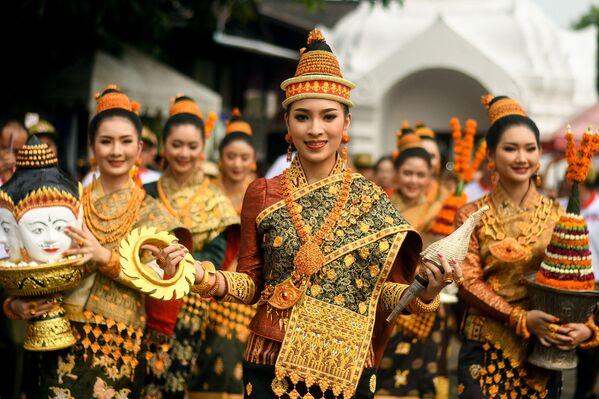 Ragazze festeggiano l'Anno Nuovo, ovvero Pi Mai, a Luang Prabang, Laos. - Sputnik Italia