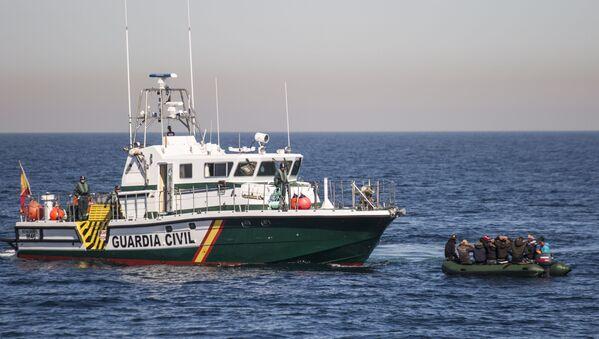 Un'imbarcazione con migranti clandestini è stata fermata dalla Guardia civile spagnola nel mar di Alboran. - Sputnik Italia