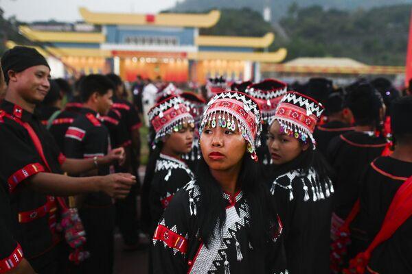 Ragazze in costumi tradizionali partecipano alla prove generale della parata militare in occasione dei 30 anni del cessate il fuoco concordato con l'esercito del Myanmar. - Sputnik Italia