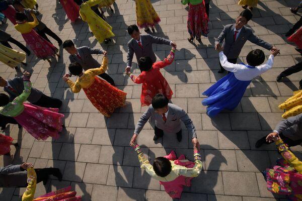 Studenti festeggiano il Giorno del Sole, ossia l'anniversario della nascita del fu leader nordcoreano Kim Il Sung, a Pyongyang, Corea del Nord. - Sputnik Italia