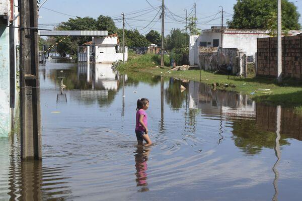 Una bambina vista durante l'alluvione nella regione di Asuncion in Paraguay. - Sputnik Italia