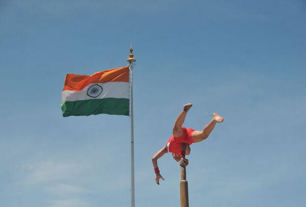 Uno studente indiano della scuola Guruluk Kurukshetra durante il Malkhamb, il gioco tradizionale indiano. - Sputnik Italia