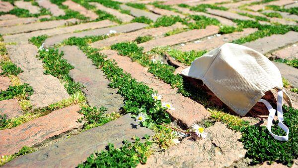 Una mascherina sull'erba della Piazza del Campo a Siena - Sputnik Italia