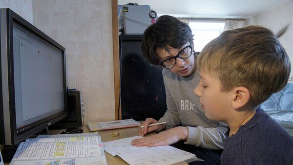 Una mamma fa i compiti da casa con suo figlio - Sputnik Italia
