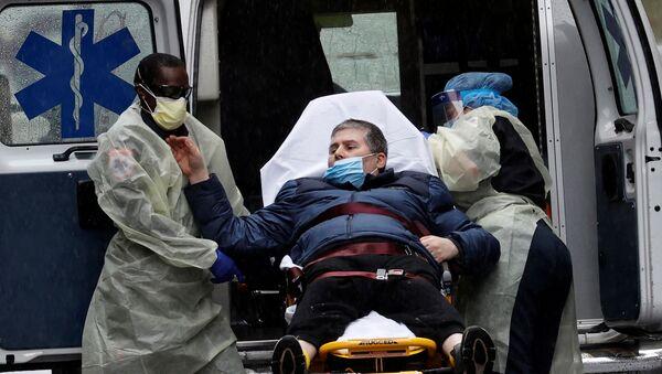 Un paziente viene trasportato all'ingresso di emergenza fuori dal Mount Sinai Hospital di Manhattan durante la pandemia del coronavirus (COVID-19) a New York City,  - Sputnik Italia
