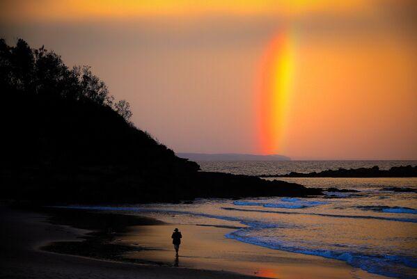 L'arcobaleno sul cielo al tramonto sulla spiaggia di Narrawallee a Mollymook, Australia - Sputnik Italia
