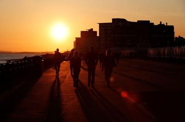La gente al tramonto a Brighton and Hove, Gran Bretagna, il 4 aprile 2020 - Sputnik Italia
