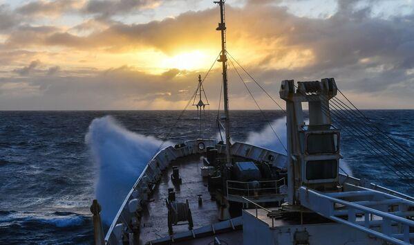 Tramonto durante una tempesta nell'Oceano Indiano - Sputnik Italia